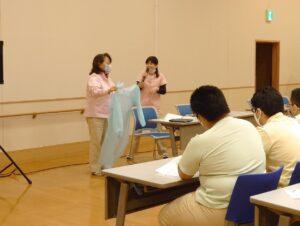 ひまわりの街の看護師さん二人による防護具のつけはずしに関する講義